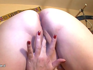 bulky aged slut mom playing with her old wet crack